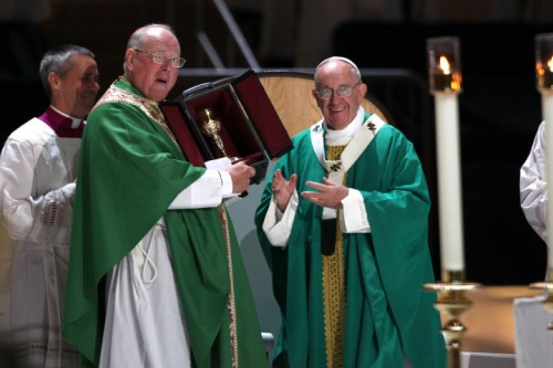 092515PopeMSG26WCL Pope gives the Archdiocese of New York a Chalice, Cardinal Dolan happily accepts it at Madison Square Garden MSG